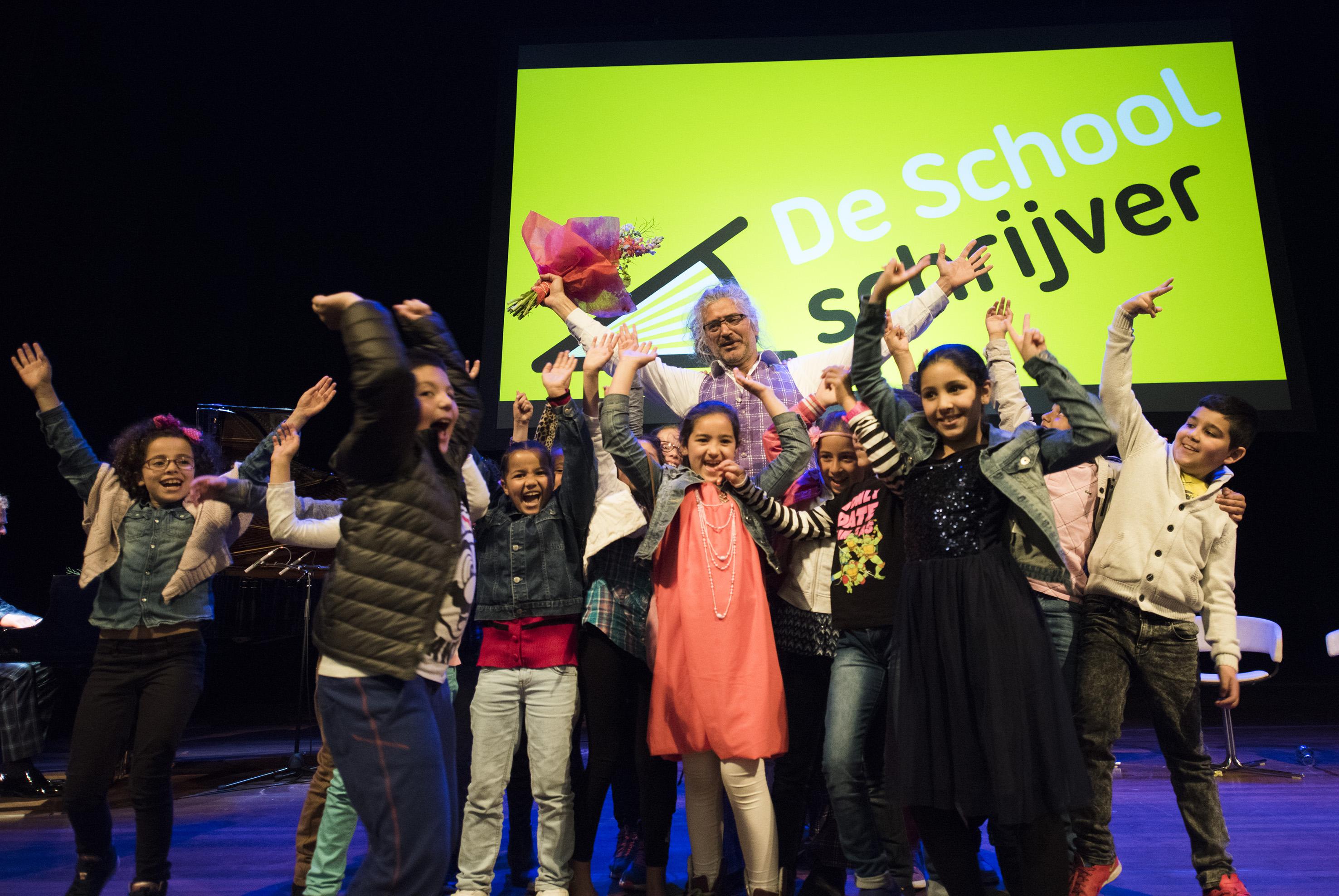 Slot 2015_Podium_Aby Hartog_Aby uitbundig op podium met leerlingen en bloemen©chrisvanhouts